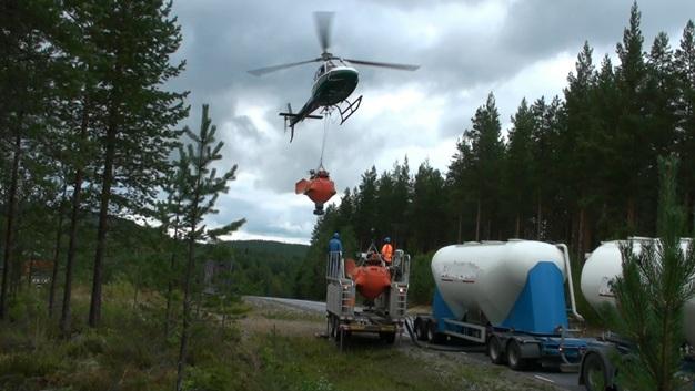 Вертолёт у заправочной платформы